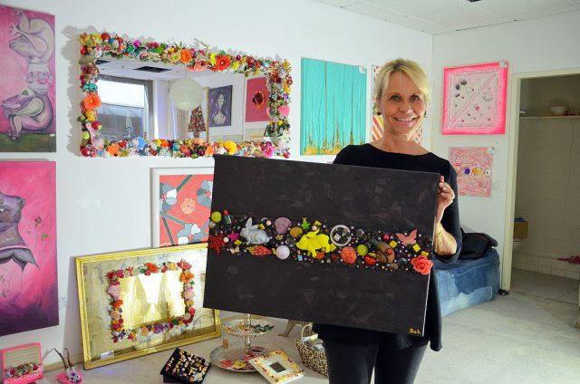 Sabine Stosch liebt es bunt. Die Künstlerin gestaltet mit viel Nippes fröhliche Gebilde. Sie selbst nennt es Kitsch und steht dazu. Damit das Sammelsurium der vielen Kleinteile gut haften bleibt, hat sie ihren eigenen Spezialkleber entwickelt, (Foto: © Martina Hörle)