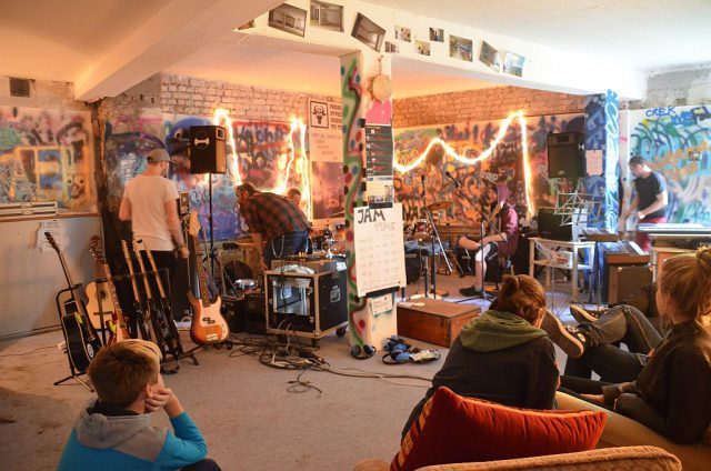 """Der Jam-Session-Raum im Proberaumhaus Monkey's fand bei den jugendlichen Besuchern großen Anklang. Das Prinzip """"komm rein und mach mit"""" kam an. (Foto: © Martina Hörle)"""
