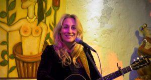 Die Singer/Songwriterin Amy Speace zählt zu den Stars unter den amerikanischen Liedermachern. Die in Nashville lebende Sängerin ist ursprünglich ausgebildete Shakespeare-Schauspielerin. (Foto: © Martina Hörle)