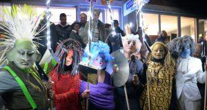 Die Maskengestalten sind in Violettas Atelier unter der Anleitung von Eva Wieden entstanden. Beim Lichterfest zogen sie durch die Besuchermengen und zeigten eigenwillige Tanzpassagen. (Foto: © Martina Hörle)