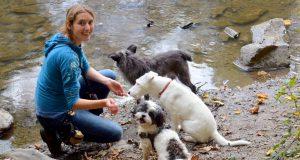 Die studierte Biologin Bettina Siller (39) hat sich mit ihrem Waldkindergarten einen Traum erfüllt. Täglich dreht sie ihre Runden mit kleinen Hundegruppen. Hier ist sie mit der schwarzen Jarla, der Terriermix-Dame Lafite und dem Energiepaket Kalle unterwegs. (Foto: © Martina Hörle)