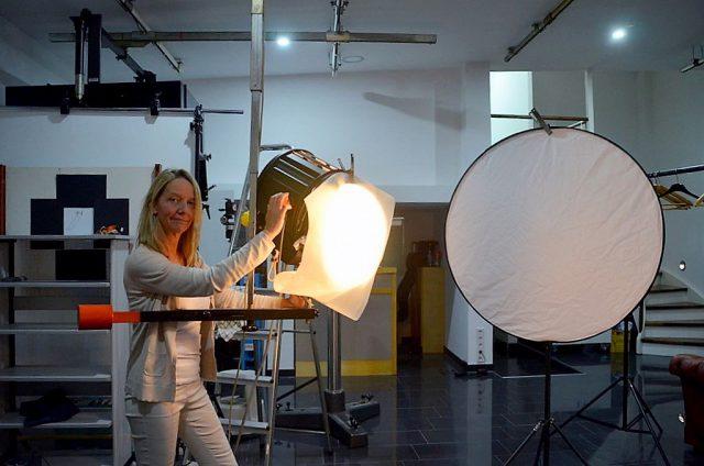 Annabelle Schleder hat neben ihrem Studio 310 auch eine kleine Werbeagentur. Hier ist sie hauptsächlich für mittelständische Unternehmen tätig. Beim Fotografieren fasziniert sie besonders das Licht. (Foto: © Martina Hörle)