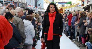 Die Straßen-Modenschau war ein großer Erfolg. Besucherscharen standen an der Laufstraße, um einen Blick auf die Models zu werden. Die erledigten ihren Job so professionell, als hätten sie nie etwas anderes getan. (Foto: © Martina Hörle)