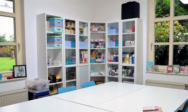 In diesem in Weiß und Türkis gehaltenen Kreativraum können künstlerisch Interessierte ihrem Erfindungsgeist freien Raum lassen. Der Blick ins Grüne schafft eine behagliche Atmosphäre. (Foto: © Martina Hörle)