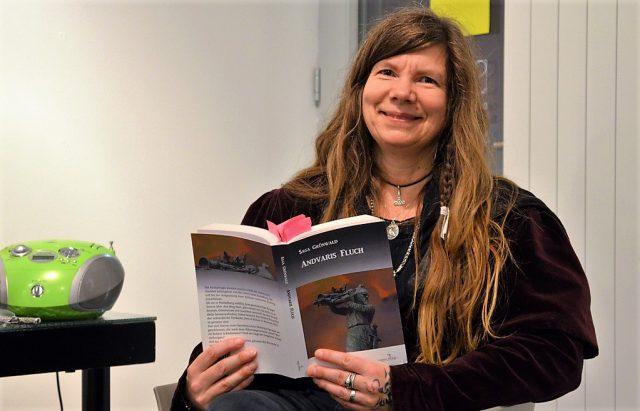 """Am Donnerstag präsentierte die Autorin Saga Grünwald in der Galerie SK im Südpark ihr neues Werk """"Andvaris Fluch"""". Hochkonzentriert folgten die Zuhörer ihren Worten. (Foto: © Martina Hörle)"""