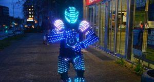 Hüsnü Turan, Solinger Tänzer und Choreograf, zeigt eine beeindruckende Performance. Sein Outfit besteht aus zahlreichen Sportprotektoren und leuchtet mit 2.000 LED's. (Foto: © Martina Hörle)