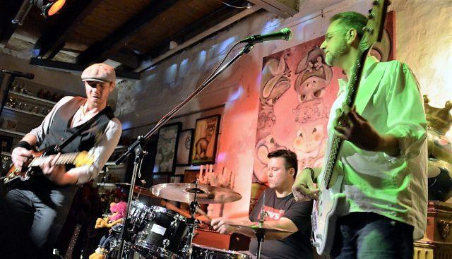 Das Trio 30 Blue Fingers (v. li. Holger Brinkmann, Jan Christoph Heinsch, Ralf Schusdziarra) lieferten am Samstagabend im Alten Stellwerk ein Konzert der Spitzenklasse. Die Zuhörer waren begeistert. (Foto: © Martina Hörle)