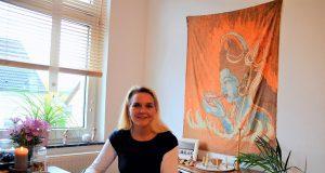 Raica Vermeegen – eine engagierte Hebamme, die auch politisch aktiv ist. Neben ihrer Tätigkeit als Geburtshelferin ist sie ebenfalls Chi Gong-Lehrerin und bereitet sich gerade auf ihre große Heilpraktikerprüfung vor. (Foto: © Martina Hörle)