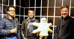 """Die beiden Künstler Takashi Yamauchi und Hiroyuki Masuyama (v. li.) verwandeln die Galerie von Dirk Balke (re.) in das Universum. Ihre Ausstellung """"Unter Sternen"""" symbolisiert die Zeit und befasst sich mit der Frage nach dem Sinn. (Foto: © Martina Hörle)"""