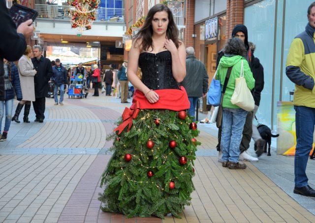 Fotograf René Müller hat einen Weihnachtsbaum zum Anziehen kreiert. Hobby-Model Larissa Wieß trägt es beim X-MAS-Markt. Die Drahtkrinoline kann leicht an andere Themen angepasst werden. (Foto: © Martina Hörle)