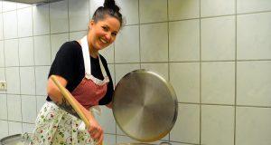 In Kathi's Feinkostmanufaktur ist noch Handarbeit angesagt. Hier verarbeitet Katharina Schwirschke gerade Kürbisse zu einem köstlichen Chutney. (Foto: © Martina Hörle)