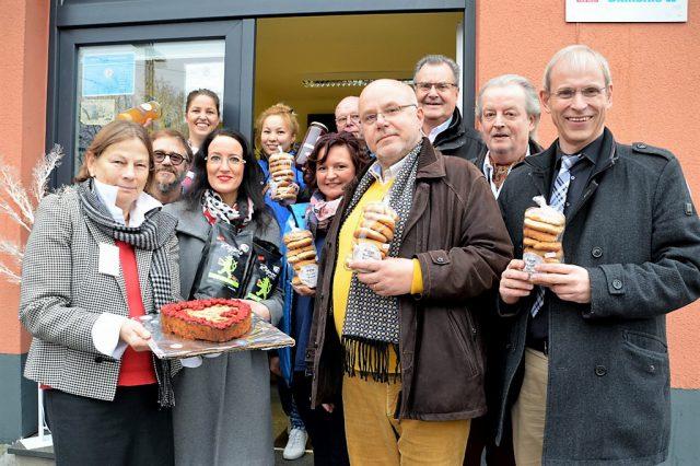 Mitglieder des Freundeskreises Burger Brezel trafen sich heute mit den Mitarbeitern der Bahnhofsmission zu einer kleinen Feierstunde, in deren Rahmen Bergische Köstlichkeiten als Spende übergeben wurden. Ebenfalls dabei war Bürgermeister Ernst Lauterjung (3. v. re. hinten). (Foto: © Martina Hörle)
