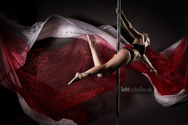 Pole Dance ist weit mehr als das Tanzen an der Stange, das man mit Nachtclubs assoziiert. Frank Reimann weiß, dass es sich um eine ernst zu nehmende Sportart handelt, die Kraft, Akrobatik und Eleganz vereint. Im Mai wird er die Deutsche Meisterschaft des Polesports in Dortmund fotografisch begleiten. (Foto: © Frank Reimann)