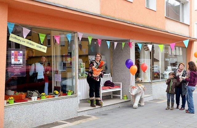 Das Atelier Farbraum Ohligs war am Samstag proppenvoll. Das Künstlertrio Kristina Eckel, Chrissie Cardullo und Daniela Gablenz-Janus hatte zur Eröffnung eingeladen. Viele Arbeits- und Künstlerkollegen waren der Einladung gefolgt. (Foto: © Martina Hörle)