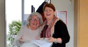 Alle zwei Monate gibt es bei der AWO ein gemütliches Seniorenfrühstück. Karen Odenius (re.), Mitarbeiterin der AWO und Leiterin des Willy-Koenen-Bildungswerks, freut sich über zahlreiche Besucher. (Foto: © Martina Hörle)