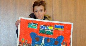 Der elfjährige Lasse ist Sieger beim diesjährigen Kindermal- und –klangfest. Sein Motiv überzeugte die Jury vollkommen. Das Bild wird auf dem Plakat für das Fest im nächsten Jahr zu sehen sein. (Foto: © Martina Hörle)