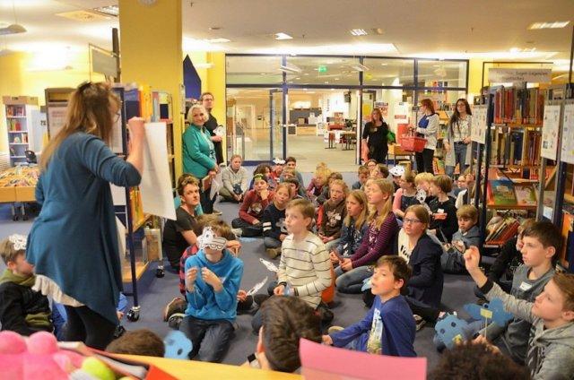Bibliothekarin Charlotte Struckmeier stellte ein paar Fragen zu den einzelnen Charakteren aus Gregs Tagebuch. Die Kinder kannten sich bestens aus und antworteten wie aus der Pistole geschossen. (Foto: © Martina Hörle)