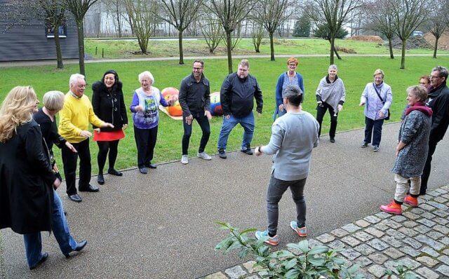 """Besucher und Künstler hatten viel Spaß beim Oster-Beat. Hüsnü Turan, Regisseur des Musicals """"We perform"""", entwickelte gemeinsam mit ihnen vor den Ateliers eine Body-Percussion. Es wurde gestampft, geklatscht und geschnippt. (Foto: © Martina Hörle)"""