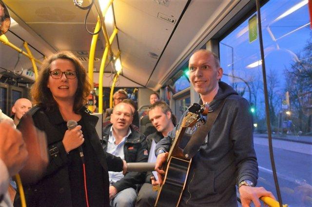 Das Duo Joe & Jaz sorgten mit ihrem Auftritt im Bus Nr. 11, dem BurgerBrezelBummelBus, für eine super Stimmung. Neben musikalischen Klängen gab es viel zu lachen. (Foto: © Martina Hörle)