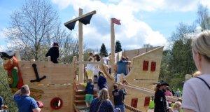 """Zwei Tage vor dem großen Piratenfest war das Holzschiff endlich fertig geworden. Die Kinder freuten sich, es endlich in Besitz zu nehmen. Bei der Schiffstaufe bewarfen sie den frisch getauften """"Seebär"""" mit Wasserbomben. (Foto: © Martina Hörle)"""