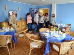 """Viele waren zur Eröffnung des Treffpunktes """"Café Dröppelmina"""" gekommen. Neugierig schauten sie sich in dem liebevoll eingerichteten Raum um. Das gemütliche Ambiente fand großen Anklang. (Foto: © Martina Hörle)"""