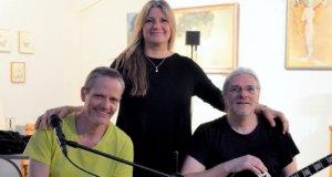 Jadouze spielen zum ersten Mal als Trio im Atelier Pest-Projekt. Mit ihren Songs haben sie den Geschmack des Publikums genau getroffen. (v. li. Michael Träger, Percussionist, Petra Corban, Sängerin, Roberto Nagy, Gitarrist) (Foto: © Martina Hörle)