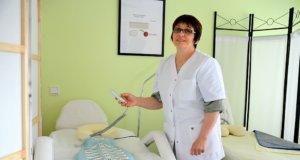 Leyla Kazgerieva hat in Russland als Ärztin praktiziert. Im März hat sie in Hilden ihr IMPULS DENAS ZENTRUM eröffnet. Mit diesem Rückengerät lassen sich versteckte Triggerpunkte im Körper aufspüren. (Foto: © Martina Hörle)