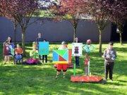 Die elf Schülerinnen und Schüler der Langenfelder Schule an der Virneburg gestalteten gemeinsam mit Janine Werner fantasievolle Skulpturen und leuchtend bunte Bilder. Der Workshop fand im Rahmen des Landesprogramms Kultur und Schule statt. (Foto: © Martina Hörle)