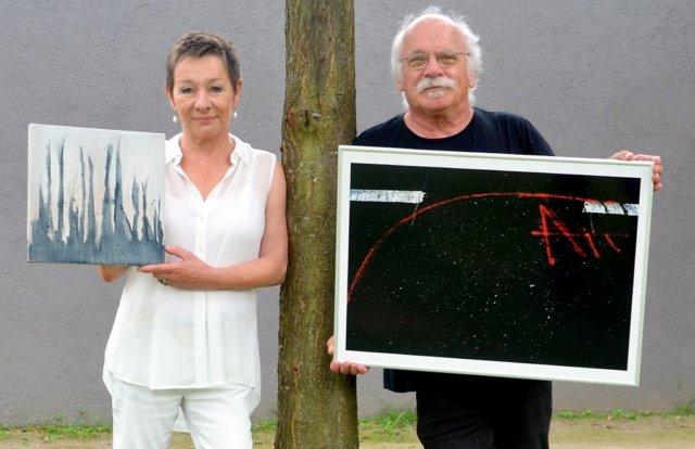 Malerin Conny Schüssler und Fotograf Norbert Sarrazin zeigen gemeinsam ihre Arbeiten bei der Ausstellung unBUNT2.0. Beide bevorzugen die abstrakte Gestaltung und reduzierte Farbigkeit. (Foto: © Martina Hörle)