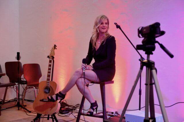 Am vergangenen Samstag stellte die Sängerin Teneja ihr erstes deutschsprachiges Album im Walder Kotten vor. Zu diesem Zweck waren Monika Torner von TORNER.tv und Produzent Frank Bredow von Hamburg nach Solingen gekommen, um alles im Rahmen einer Fernsehshow aufzuzeichnen. (Foto: © Martina Hörle)