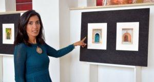 Neben vielen Veranstaltungen und Aktionen findet im Rahmen der Kulturwoche auch eine Ausstellung statt. Vier Solinger Künstlerinnen und Künstler präsentieren einen kleinen Querschnitt durch ihre Werke. Hier zeigt die Fotografin Maryam Sabri ihre Türen-Reihe. Diese farbenprächtigen Türen hat sie vor einiger Zeit in Djerba aufgenommen. (Foto: © Martina Hörle)