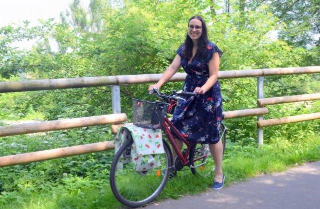 """Mit ihrem Rad """"Paula"""" machte sich Sabrina Fehrekampf im vergangenen Jahr auf ihren ganz persönlichen Jakobsweg. Auf ihrer Selbstfindungsreise gab es viele besondere Erlebnisse. Die hält La Vie*, wie sie sich als Autorin nennt, in einer Orakelbuchreihe fest. (Foto: © Martina Hörle)"""