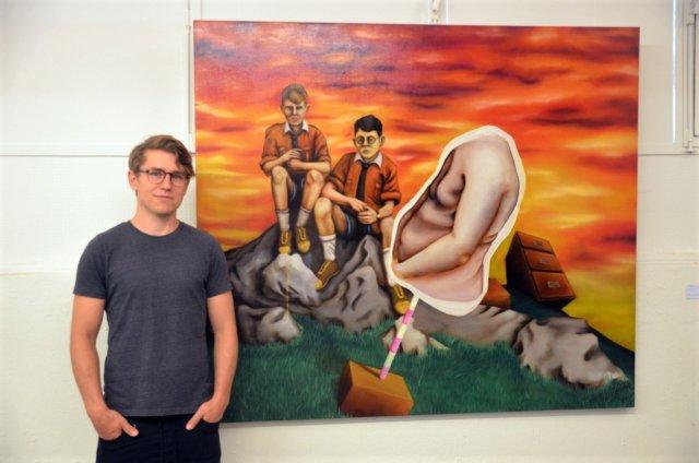 Moritz Albert ist einer der zehn Künstler, die in diesen Räumen ihre Werke präsentieren. Der Künstler malt meist leicht narrative Werke, die Portraits zwar ähneln, aber doch knapp daran vorbeigehen. (Foto: © Martina Hörle)
