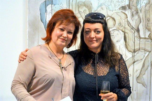 """Galeristin Astrid Kirschey (li.) und Janine Werner freuen sich über den großartigen Erfolg der Ausstellung """"Hybrides""""."""