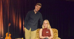 Jule Pommer hat mit diesem literarischen Abend ihr Herzensprojekt verwirklicht. Die FSJlerin wollte jugendlichen Autoren eine Plattform bieten, um eigene Texte präsentieren zu können. Sieper unterstützte mit einer wunderbar leichten Moderation. (Foto: © Martina Hörle)