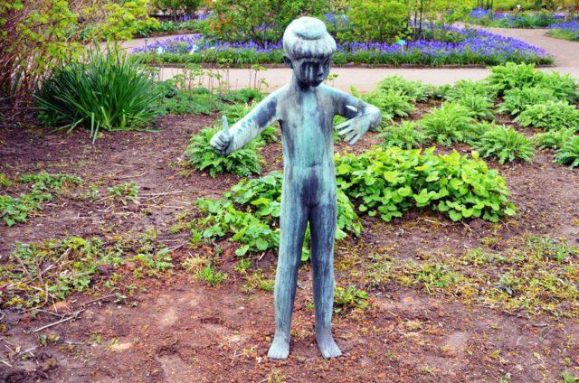 Die Bronzestatue stellt die Nichte der Künstlerin Lies Ketterer dar. Ein nach Bremen gezogener Kunstliebhaber hat Solingen die Skulptur geschenkt. (Foto: © Martina Hörle)