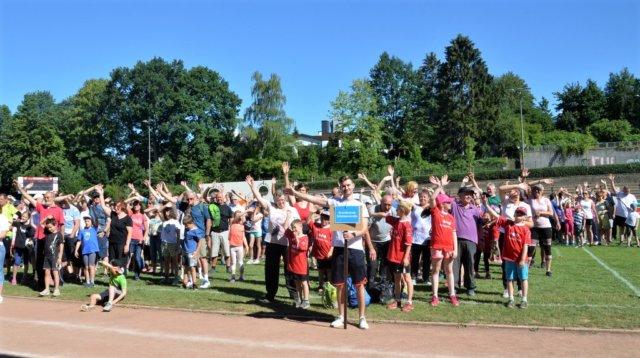 Beim diesjährigen siebten Generationensportfest nehmen elf Grundschulen teil. 500 Teilnehmer (Großeltern und Kinder) treten zum fröhlichen Wettstreit an. (Foto: © Martina Hörle)