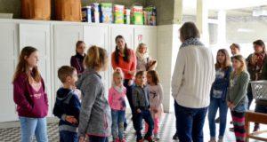 Der Bastelworkshop beginnt mit einer kleinen Führung durch die Wäscherei. Dagmar Thiemler erzählt spannend, wie früher gewaschen wurde. (Foto: © Martina Hörle)