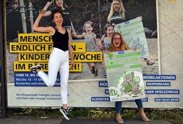 Sinja Andrick-Bürger (li.) und Michelle Scheliga vom Spielmobil freuen sich schon auf die kommende Bärenwoche: Die beiden verantwortlichen Organisatorinnen haben bereits im letzten Jahr erfolgreich agiert. (Foto: © Martina Hörle)