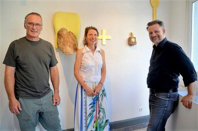 Bertold und Andrea Mohr stellen seit Samstag ihre Werke in der Galerie ART-ECK bei Dirk Balke (re.) aus. Zu sehen sind Objekte voller Gegensätze und Gemeinsamkeiten. Beide Künstler arbeiten viel mit Fundstücken. (Foto: © Martina Hörle)