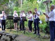 Das Bläserensemble der Heilsarmee spielte zur Freude der Besucher am Samstag bei Garten Ulbrich am Bertramsmühlerweg. (Foto: © Martina Hörle)