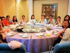 Das Mittagessen nehmen die Seminarteilnehmer gemeinsam ein. Es ist eine fröhliche und sehr interessierte Runde. (Foto: © Andrea Daun)