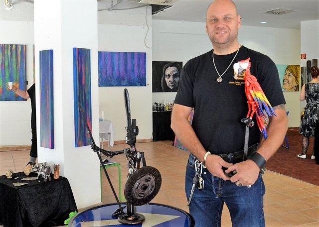 Hans-Peter Wehage verwandelt altes Metall in neue Objekte. Schnell werden aus Blechen, Flügelschrauben und Rohrzangen tierische und menschliche Skulpturen. (Foto: © Martina Hörle)