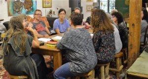 """Es war eine sehr gesellige Runde, die sich am Montagabend zum """"Tarot entdecken"""" im Alten Stellwerk traf. Der Schnupperkurs ist ein Angebot des Solinger Tarothauses. (Foto: © Martina Hörle)"""