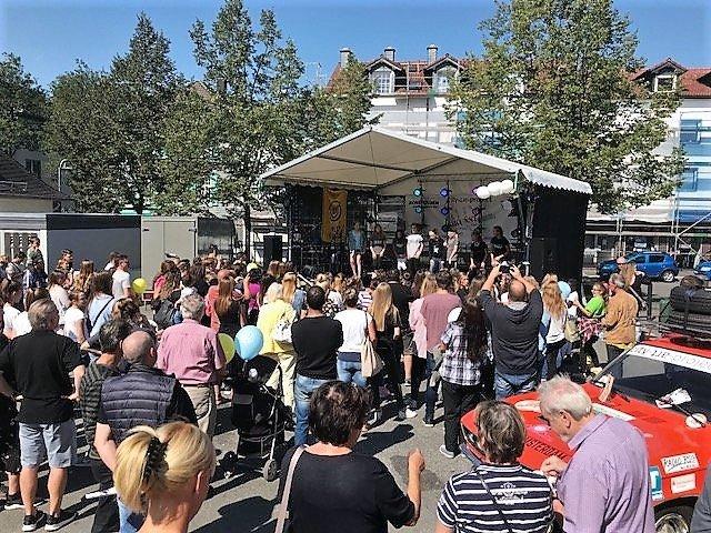 Auch in diesem Jahr war das Verwöhnwochenende wieder ein Riesenerfolg. Tausende Besucher kamen zu Kunst, Musik und Shopping in die Ohligser City. (Foto: © Martina Hörle)
