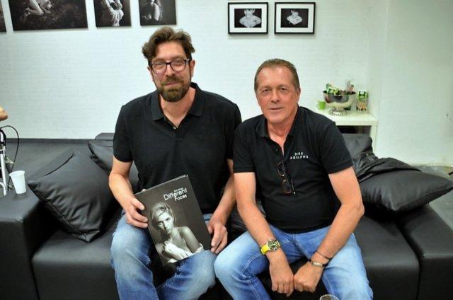 Die beiden Fotografen kennen sich schon seit vielen Jahren. Jetzt haben Dirk Krings (li) und Dirk Adolphs ihre erste gemeinsame Ausstellung eröffnet. (Foto: © Martina Hörle)