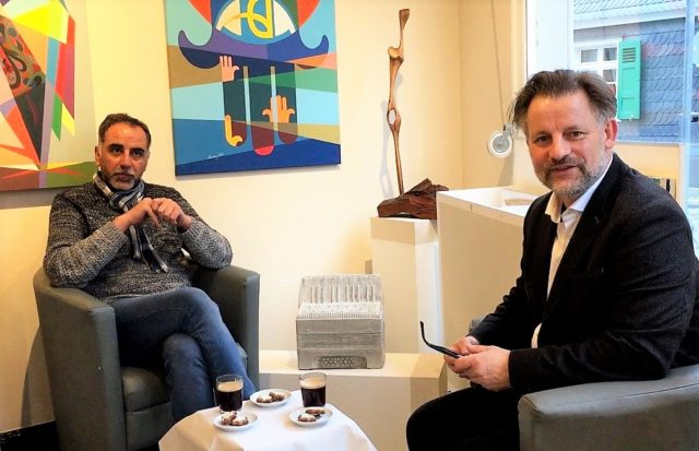 Seit heute präsentiert Galerist Dirk Balke (re.) auf YouTube in einer Online-Ausstellung Werke des syrischen Künstlers Khereddin Obeid. In einem Live-Interview beantwortet der Künstler Fragen dazu. (Foto: © Dirk Balke)