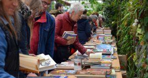 In der Orchideenhalle waren zahlreiche Tische aufgestellt. Auf einer Länge von 20 Metern boten sie reichlich Platz für eine Fülle von Büchern. (Foto: © Martina Hörle)