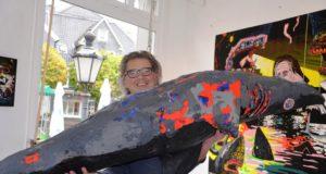 """Der holländische Künstler Rudolf Valster und seine 25 Kilo schwere Skulptur, das """"Hailight"""" der Ausstellung. Zwei Monate dauerte die Gestaltung. (Foto: © Martina Hörle)"""