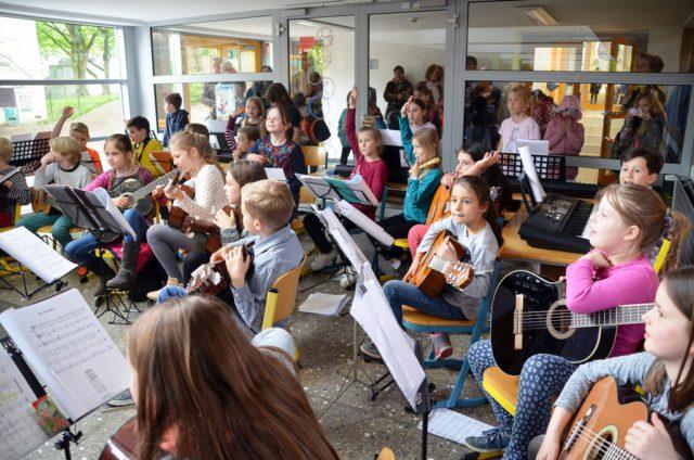 """Rund 30 kleine Musikerinnen und Musiker des JeKits-Orchesters unterhielten die Gäste mit schmissiger Musik und Gesang. """"Jedem Kind sein Instrument"""" gehört zu einem vom Land geförderten kulturellen Bildungsprogramm. (Foto: © Martina Hörle)"""